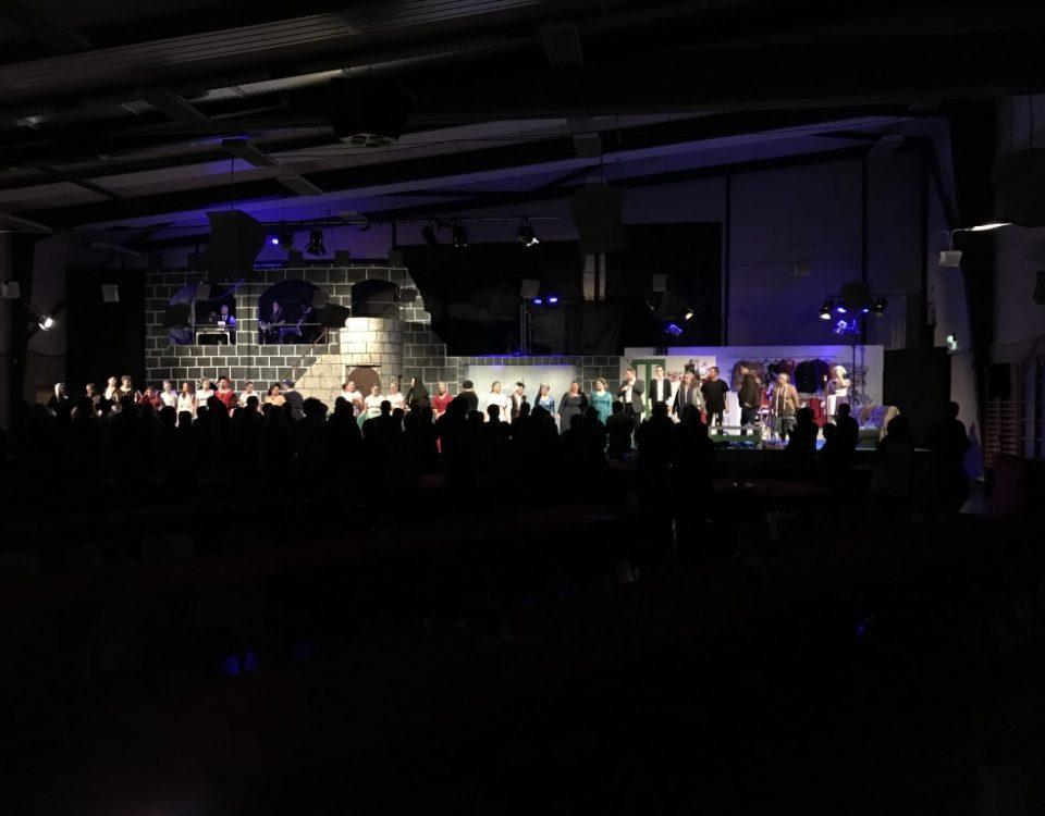 Skarrild Teater har vist Showtime musical og er her alle fremme at bukke i slutningen.