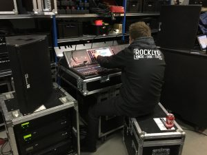 Mathias Thunbo på Rocklyd lager ved Yamaha CL5 mixer.