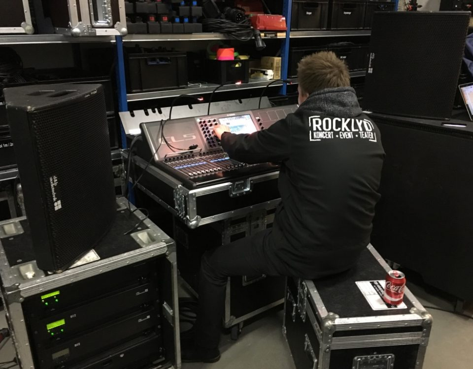 Mathias Thunbo på Rocklyd lager ved Yamaha CL5 mixer.