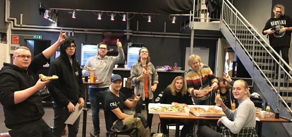 Pizza spisning på scene 7 efter lang arbejdsdag med medlemmerne.