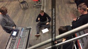 Kursus på Scene 7. Mathias Thunbo sidder på gulvet og underviser i Kompressor.