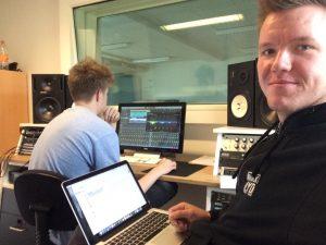 Mathias Thunbo og lærling i studiet hos Scene 7. Mathias Thunbo underviser i equalizer.