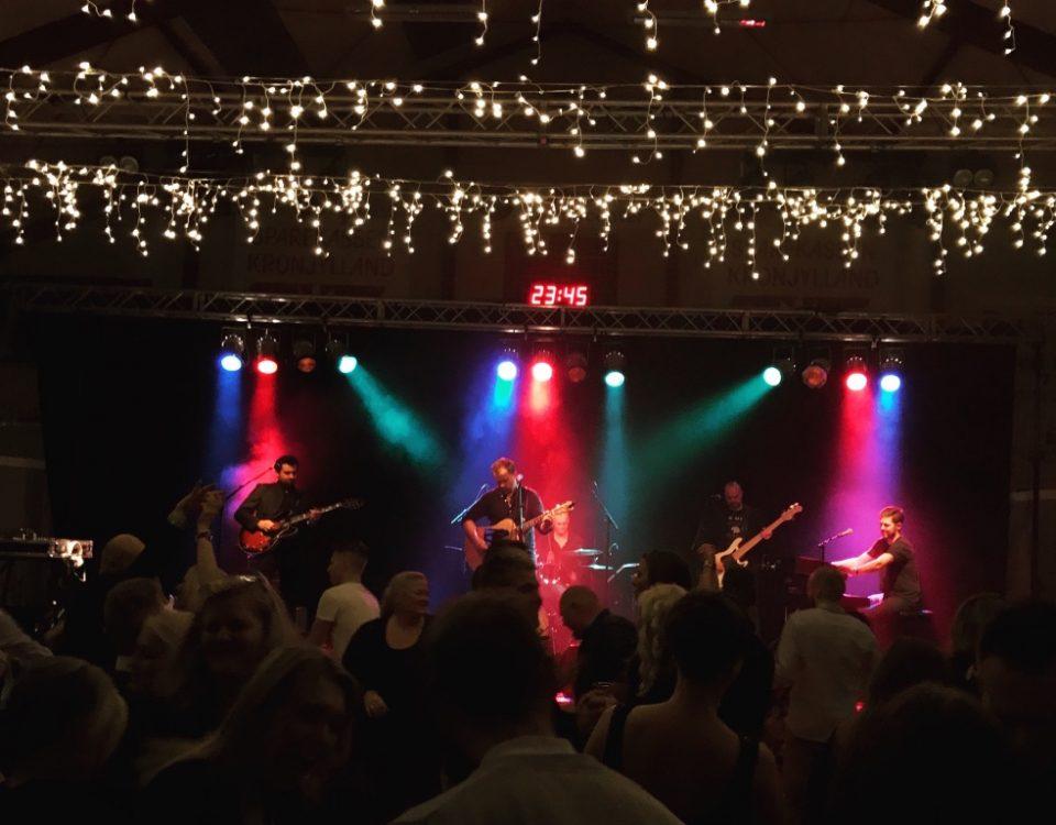 Fest i nord Jylland med festband på scenen.