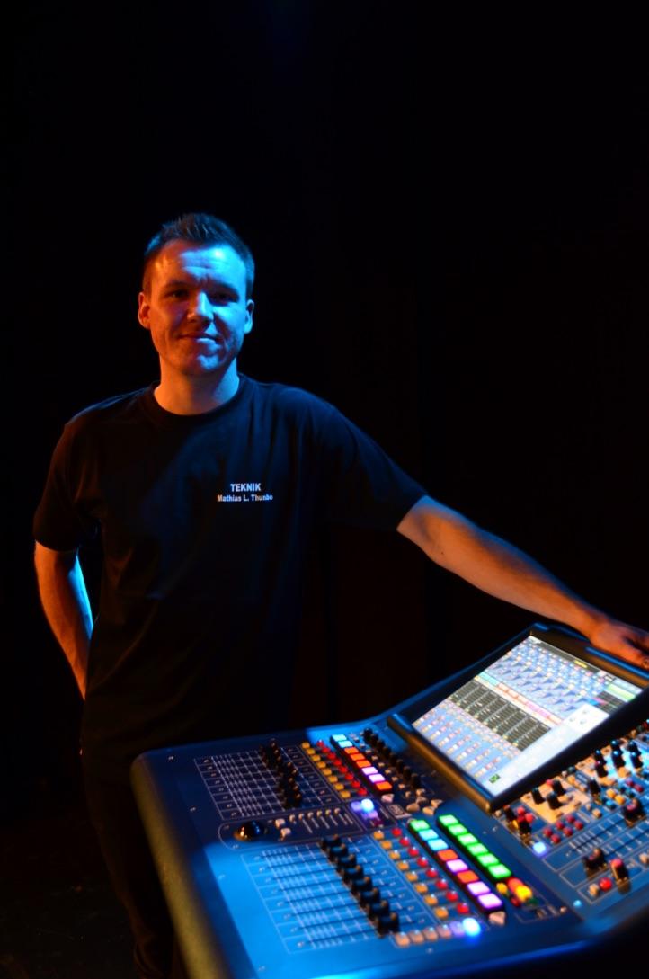 Billede af Mathias Thunbo ved sin Midas Pro1 mixer.