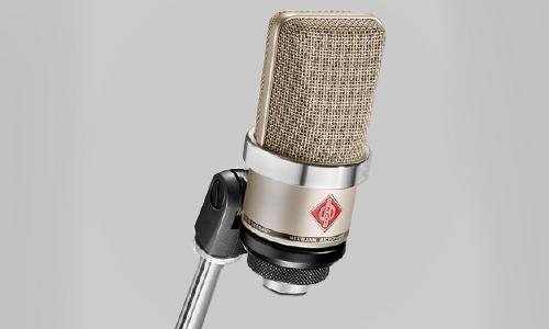 Stormembran mikrofon Neumann TLM 102 på stativ.