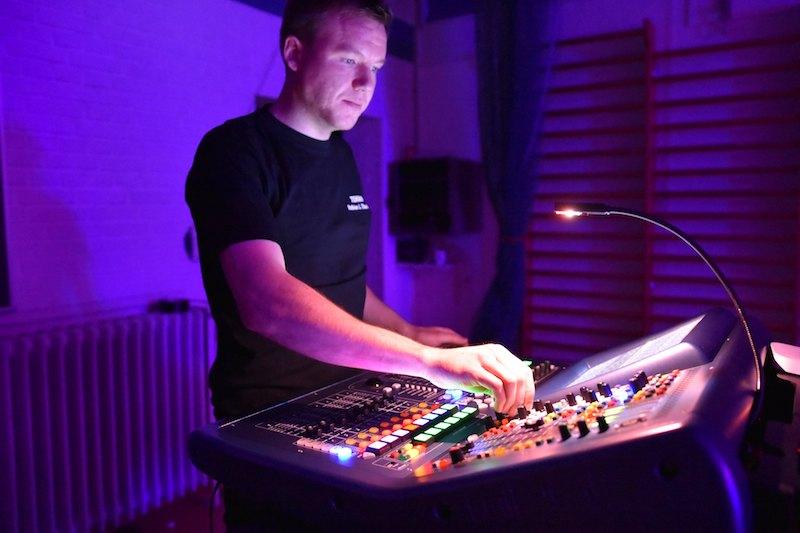 Mathias Thunbo ved lydmixeren, på job i Ålborg med The Beat.